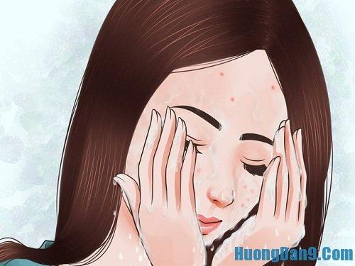 Rửa sạch mặt với nước lạnh