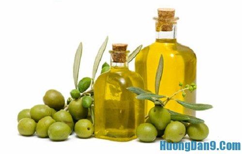 Hướng dẫn cách trị môi khô nẻ bằng dầu ô lưu hiệu quả tại nhà