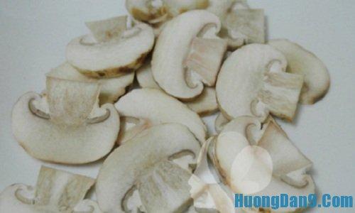 Sơ chế nấm trước khi thực hiện cách làm xôi nấm thơm ngon, hấp dẫn