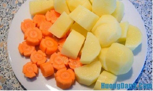 Sơ chế nguyên liệu thực hiện cách làm sườn heo kho khoai tây