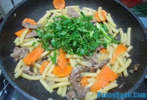 Các bước thực hiện cách làm nui xào thịt bò thơm ngon