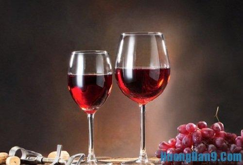 Hướng dẫn cách tẩy sơn móng tay hiệu quả bằng rượu vang