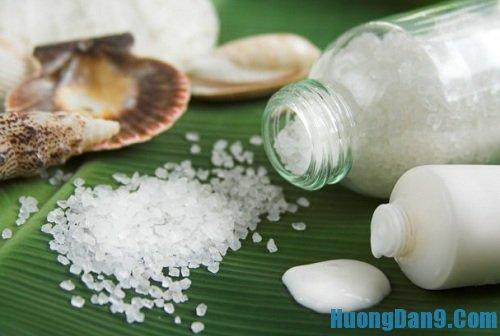 Hướng dẫn cách trị môi thâm bằng muối và sữa tươi