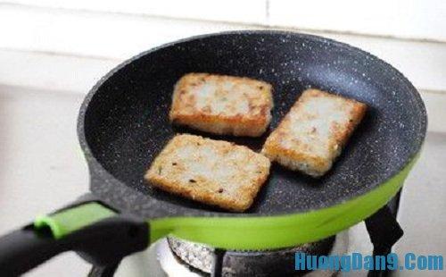 Bước cuối cùng thực hiện cách làm bánh gạo chiên hành giòn ngon tại nhà