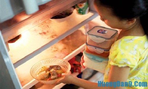 Don dẹp tủ trước khi thực hiện vệ sinh tủ lạnh đúng cách tại nhà