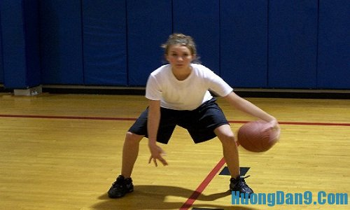 Hướng dẫn kỹ thuật chơi bóng rổ cơ bản đập bóng chữ V