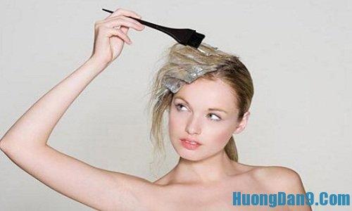Thử thuốc nhuộm trước khi tiến hành thực hiện cách nhuộm tóc highlight