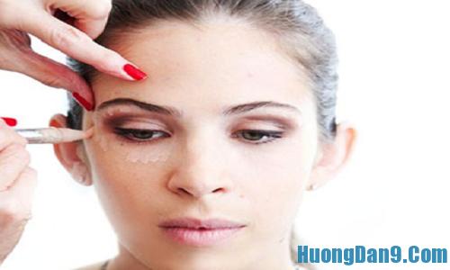 Sử dụng kem che khuyết điểm để làm đôi mắt sáng, cuống hút hơn
