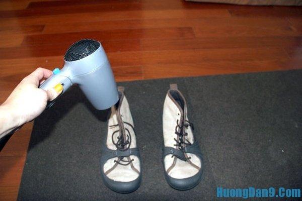 Hướng dẫn chi tiết cách làm giày khô nhanh bằng máy sấy tóc