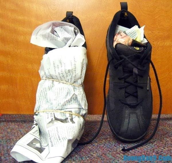 Bí quyết làm giày khô nhanh tự nhiên với giấy báo siêu đơn giản và hiệu quả