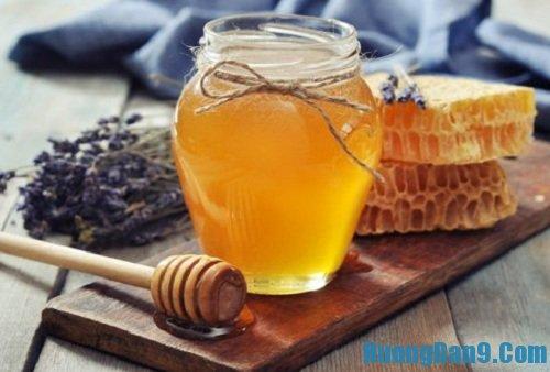 Hướng dẫn cách trị môi khô nẻ bằng mật ong