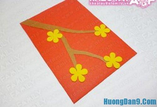 Tiến hành thực hiện cách làm bao lì xì hoa mai đơn giản cho ngày tết