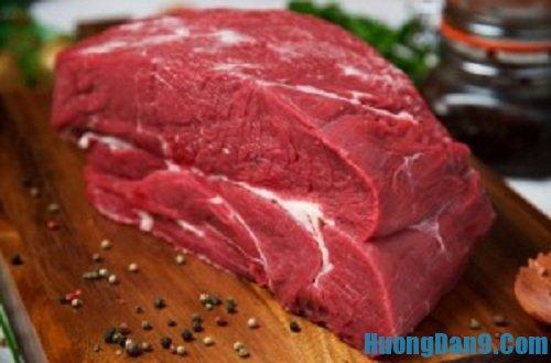 Sơ chế nguyên liệu thịt trước khi thực hiện cách làm bánh mì doner kebab thơm ngon