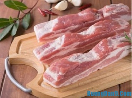 Sơ chế nguyên liệu thực hiện cách làm thịt kho măng khô