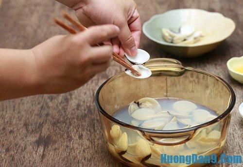 Tiến hành thực hiện cách làm súp nghêu chua cay