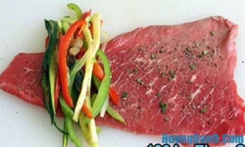 Tiến hành thực hiện cách làm thịt bò cuộn rau củ