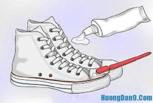 Hướng dẫn cách tẩy vết bẩn cho giầy trắng bằng kem đánh răng
