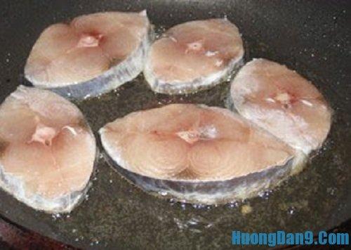 Tiến hành thực hiện cách làm cá thu kho nước dừa thơm ngon