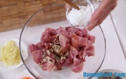 Tiến hành thực hiện cách làm thịt heo xào khoai môn