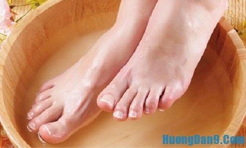 Hướng dẫn cách trị bệnh cước chân tay bằng nước muối ấm