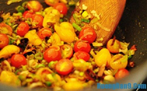 Tiến hành thực hiện cách làm trứng chiên sốt cà chua thơm ngon