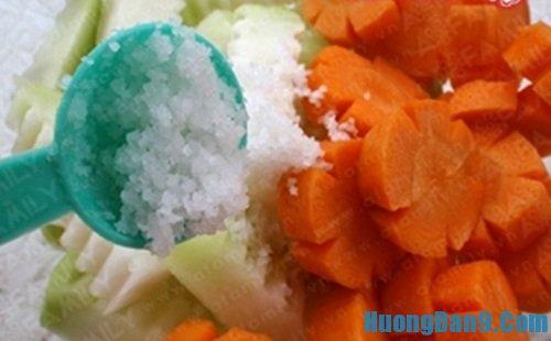 Tiến hành thực hiện cách muối su hào cà rốt giòn ngon hấp dẫn