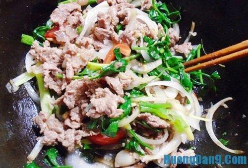 Bước hoàn thiện cách làm thịt bê xào cần tỏi thơm ngon, dinh dưỡng cho cả nhà
