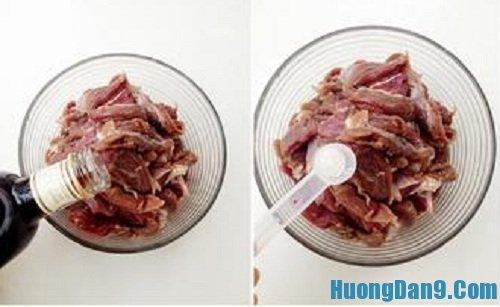 Tiến hành ướp gia vị cho thịt bò trước khi thực hiện cách làm thịt bò cay tẩm vừng