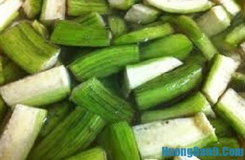 Tiến hành thực hiện cách làm vịt kho chuối xanh